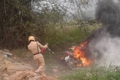 Nữ sinh vi phạm giao thông, bố đến đốt xe 'giải cứu'