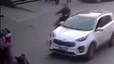 Mẹ bất cẩn đánh rơi con xuống đường bị ô tô nén qua người