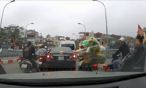 Quay đầu ô tô trên cầu giữa giờ cao điểm, nữ tài xế còn mắng người xa xả