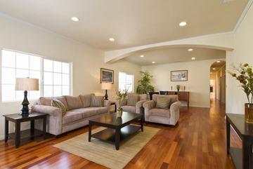 Cách phối đồ nội thất với sàn gỗ màu tối