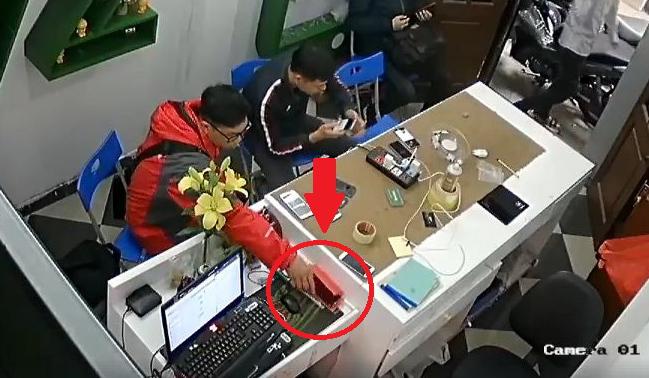 [VietnamNet.vn] Thản nhiên trộm điện thoại ngay cửa hàng sửa chữa vì chủ hớ hênh