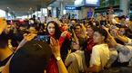 Hương Giang Idol bị fan quây kín đến nghẹt thở ngày về
