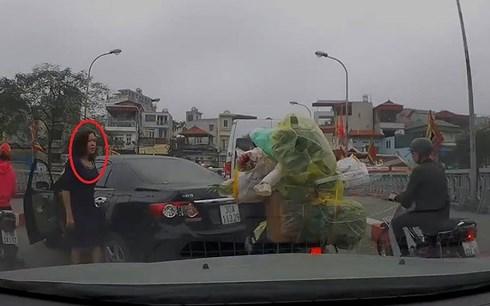 Đề nghị xử lý nữ tài xế quay đầu ô tô trên cầu, gây gổ người đi xe máy