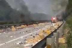 Xe chở iPhone phát nổ, hàng ngàn chiếc điện thoại rải đầy đường