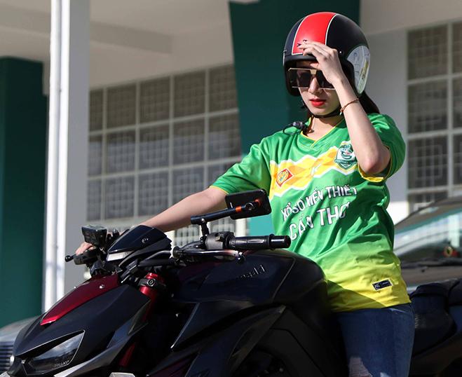 """Quang Hải """"lạnh lùng"""" đốn tim fan nữ Cần Thơ"""