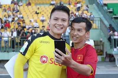 """Quang Hải và đồng đội """"chạy trốn"""" fan nữ vì được... yêu"""