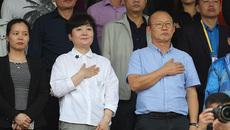 Xúc động hình ảnh vợ chồng thầy Park đặt tay lên ngực chào cờ