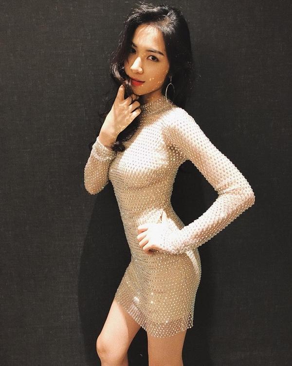Phạm Hương, Minh Tú khoe ảnh gợi cảm trong trang phục áo choàng tắm