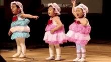 Bé gái mẫu giáo sợ đám đông đến phát khóc vẫn múa đúng bài