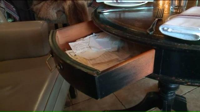 Chỉ cô chủ không biết điều bí mật của nhà hàng mãi đến khi phát hiện một ngăn kéo