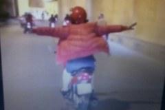 Người phụ nữ buông cả hai tay lái xe máy qua hầm chui