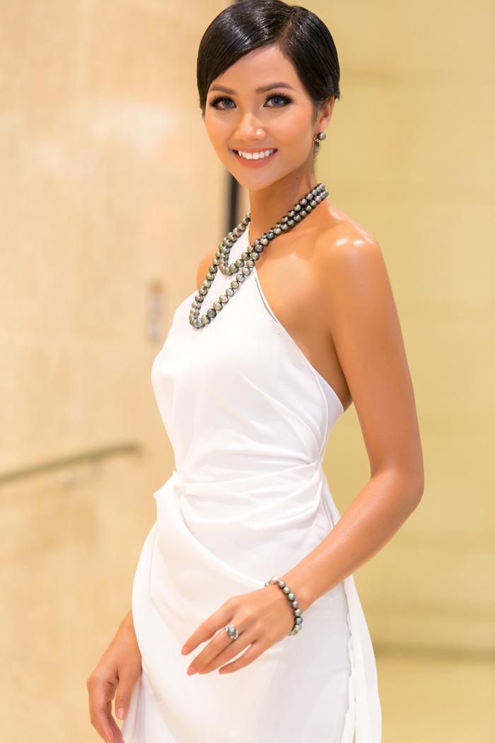 Hoa hậu H'Hen Niê diện đầm hở vai sexy khoe trọn vai trần