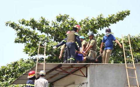 TP.HCM: Thanh niên leo lên nóc nhà ném đá cảnh sát bị khống chế