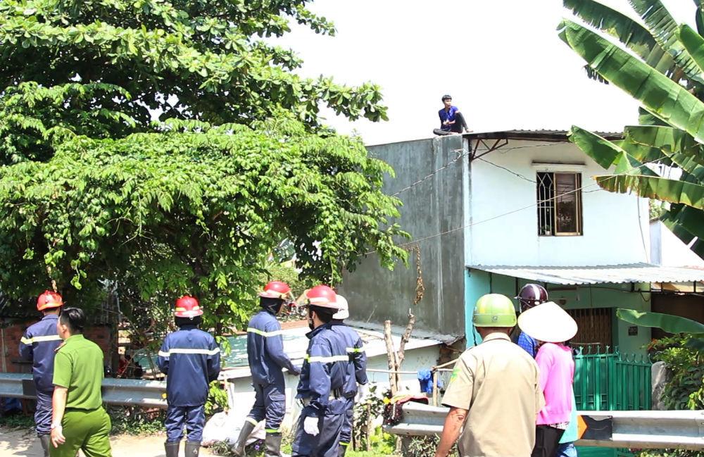 Thanh niên nghi ngáo đá leo nóc nhà dân, tấn công cảnh sát