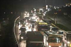 Cao tốc Pháp Vân tắc chưa từng có, nửa đêm vẫn kẹt cứng