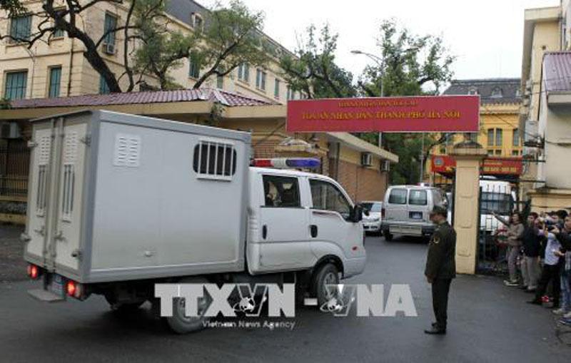 Hình ảnh dẫn giải bị cáo Đinh La Thăng và đồng phạm đến tòa