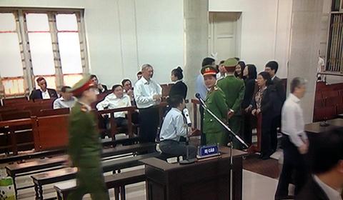 Ông Đinh La Thăng 'tay bắt mặt mừng' người thân quen
