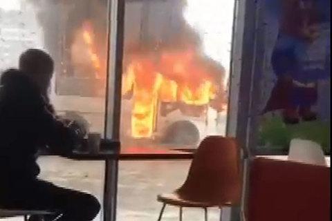 Thanh niên đủng đỉnh ngồi ăn gần xe buýt đang cháy ngùn ngụt