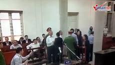 Ông Đinh La Thăng 'tay bắt mặt mừng' người thân tại tòa