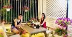 Vợ chồng Thủy Tiên - Công Vinh thưởng trà trong biệt thự đầy hoa