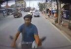Đi xe máy mải dùng điện thoại, đập mặt vào ô tô