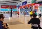 Sảnh chờ sân bay biến thành sân chơi cầu lông