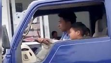 Câu bé nhỏ tuổi lái xe tải giữa phố gây phẫn nộ