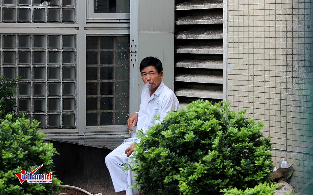 Khói thuốc bủa vây khắp lối bệnh viện ở Hà Nội