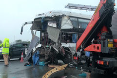 Khẩn trương điều tra vụ xe khách đâm xe cứu hỏa trên cao tốc