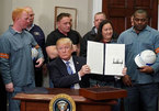 Donald Trump viết lại luật chơi: Một quyết định cả thế giới lo ngại