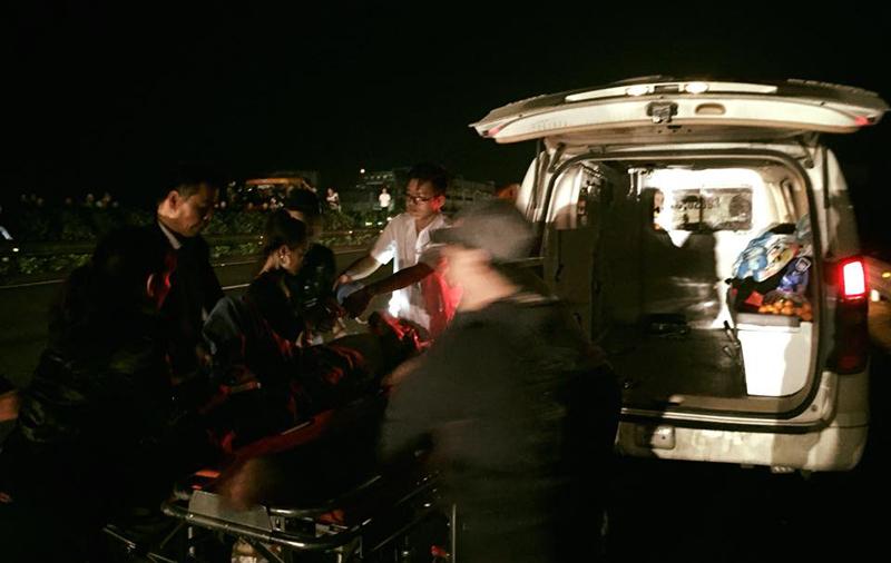 Xe cấp cứu kẹt cứng trên cao tốc và câu chuyện rơi nước mắt