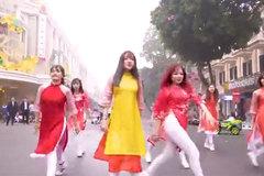 Nhóm bạn gái mặc áo dài nhảy sôi động trên phố đi bộ