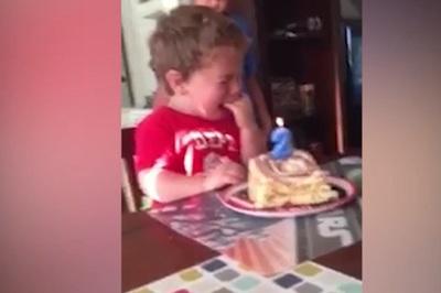 Sợ 'bị già đi', bé trai 2 tuổi òa khóc trong tiệc sinh nhật