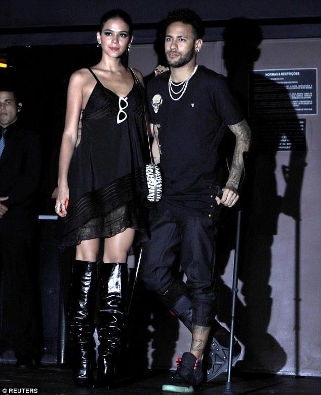Neymar đi nạng đến ăn chơi vũ trường cùng người yêu