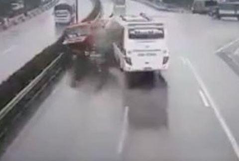 Giới tài xế lên tiếng sau vụ ô tô khách tông xe cứu hỏa trên cao tốc