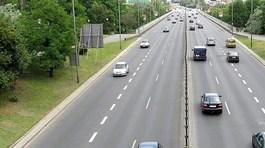 Được dừng xe trên đường cao tốc khi bật đèn ưu tiên?