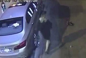 Hai cô gái dán đầy băng vệ sinh lên BMW trả thù chủ xe