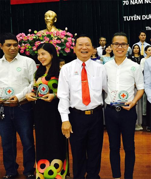 Lê Hoàng Thạch nhận 2 bằng khen về hoạt động từ thiện