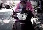 Chở trẻ nhỏ bằng xe máy - Nhiều nguy cơ tiềm ẩn