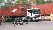 Đi sang đường, người đàn ông bị container đâm tử vong