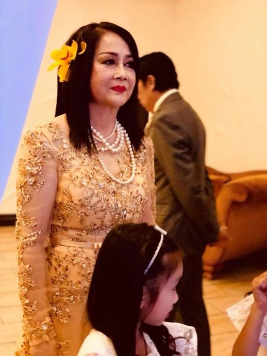 Bảo Quốc hôn vợ say đắm trong tiệc kỷ niệm 50 năm ngày cưới