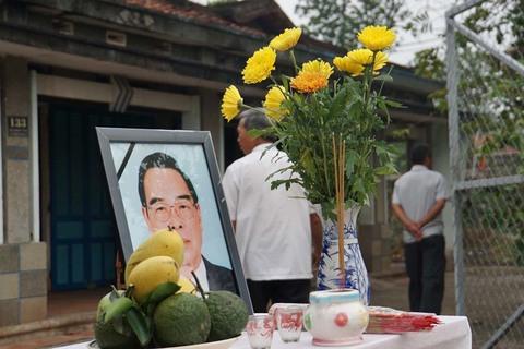 Người dân Củ Chi lập bàn vong đặt di ảnh tiễn biệt nguyên Thủ tướng Phan Văn Khải
