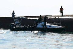 Tàu Trung Quốc lật úp ngoài khơi Malaysia