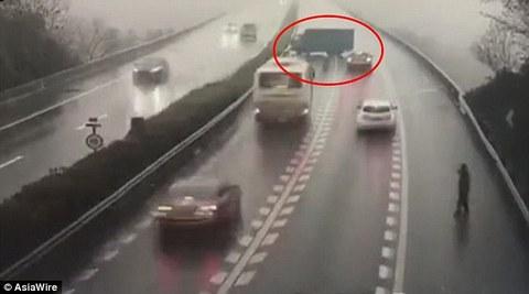 xe tải đi ngược chiều quay đầu trên cao tốc