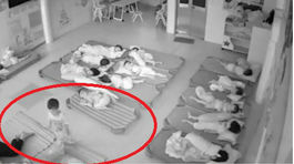 Hai giáo viên mầm non dùng chân hất trẻ vào giờ ngủ trưa