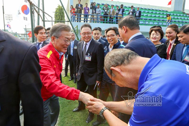 Tổng thống Hàn Quốc, Phó Thủ tướng Vũ Đức Đam biểu diễn kỹ thuật đá bóng