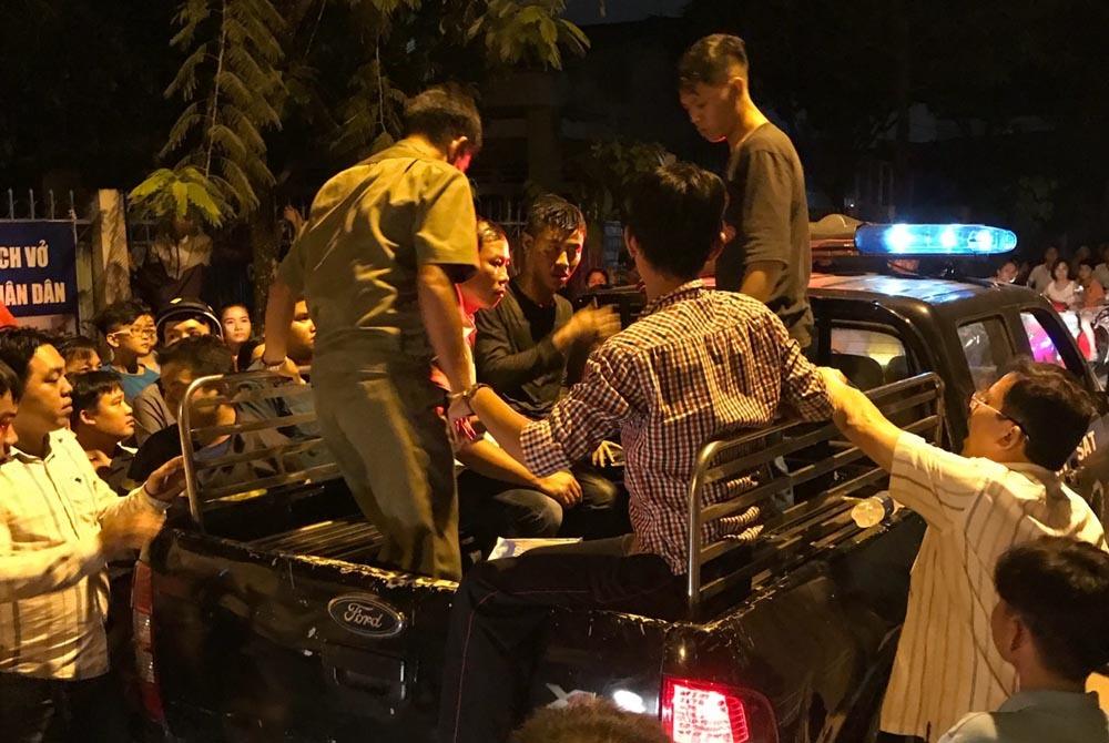 Cảnh sát xới tung nắp cống tìm thanh niên 'cố thủ' suốt 3 giờ