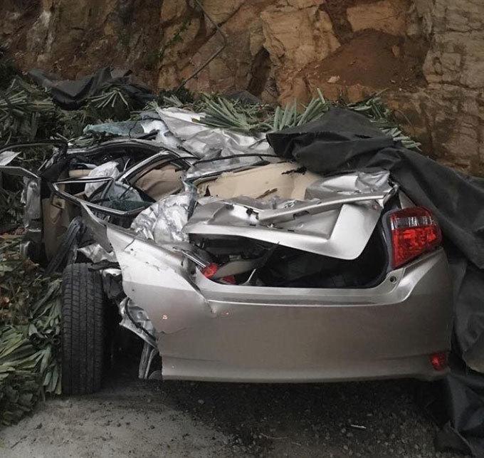 Mới mua xe ô tô, trên đường về bị xe tải đè nát vụn