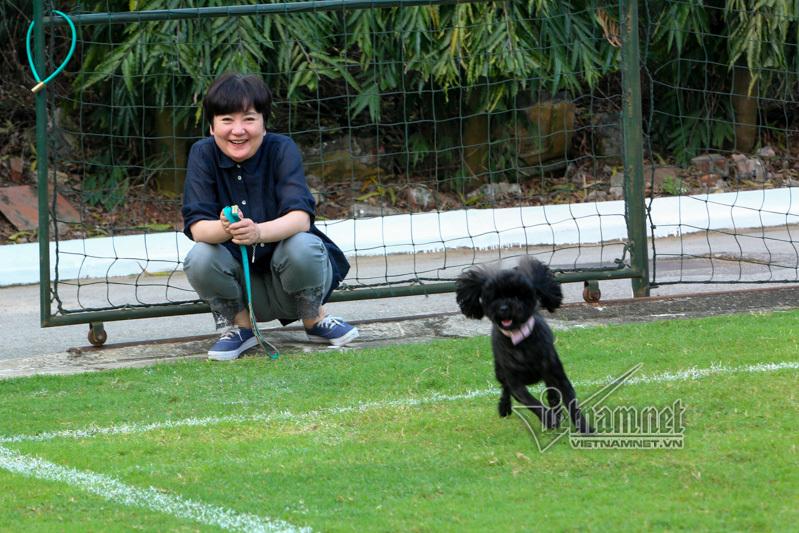 Vợ HLV Park Hang Seo thảnh thơi chờ chồng bên sân tập