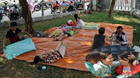 Cháy chung cư Carina Plaza: Nằm vật la liệt dưới gốc cây chờ tiếp tế